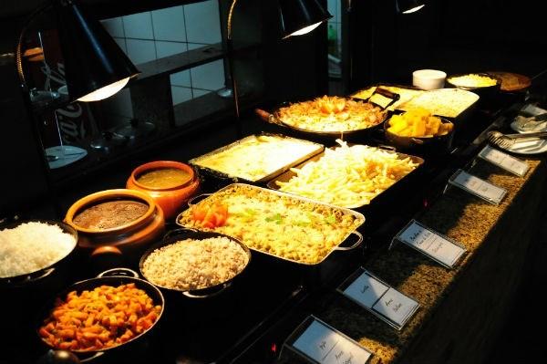 São oferecidas 18 opções de saladas, diversos pratos quentes e 12 sobremesas (Crédito: Luciana Bohn)
