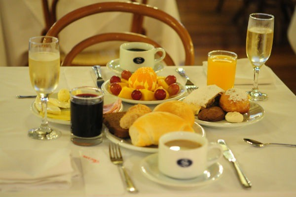 A clientela, formada por turistas e participantes de eventos internacionais, provocou o legítimo estilo americano para servir a primeira refeição do dia (Crédito: Luciana Bohn)