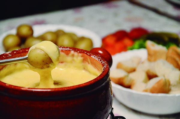 Batata baby, cenoura, tomate, pepino e brócolis são algumas variedades que acompanham o molho de queijo (Crédito: Rafael Cavalli)