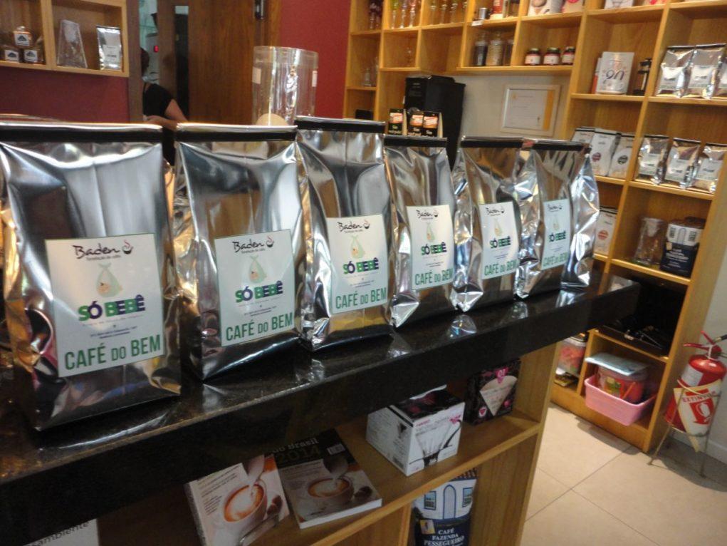 Os pacotes de café em grãos são uma opção para levar para casa. (Foto: Gisele Santos)