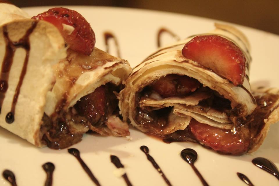Wrap de morango com muito chocolate. (Foto: Élen Guimarães)