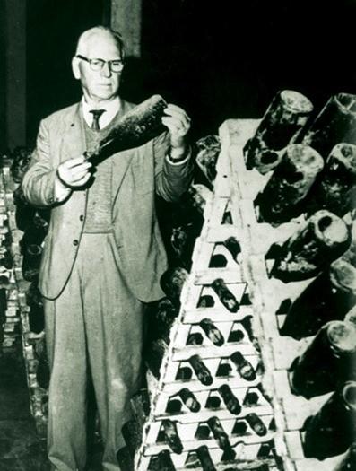 Na foto, Armando Peterlongo confere a produção de vinhos
