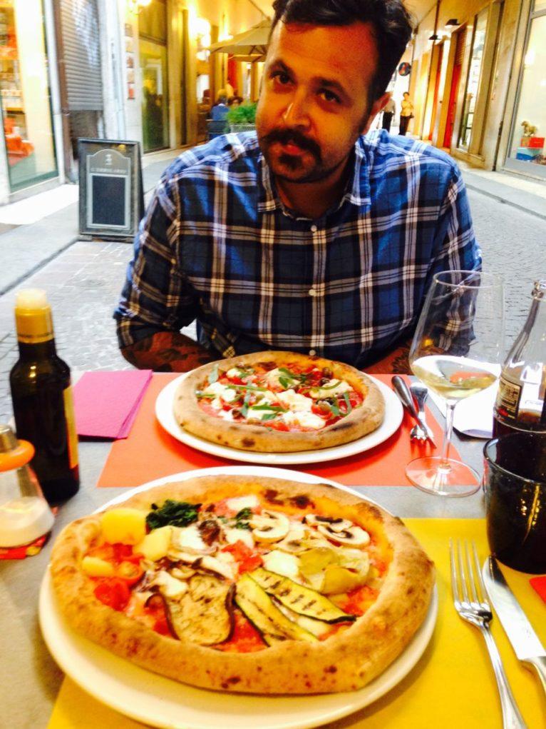 Provando pratos típicos da culinária italiana. (Foto: Divulgação)