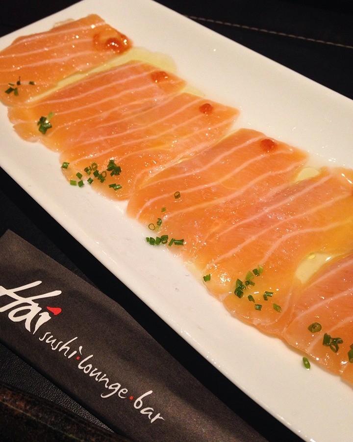 Carpaccio de salmão também acompanha os pratos quentes de entrada. (Foto: Morgana Dias de Sá)