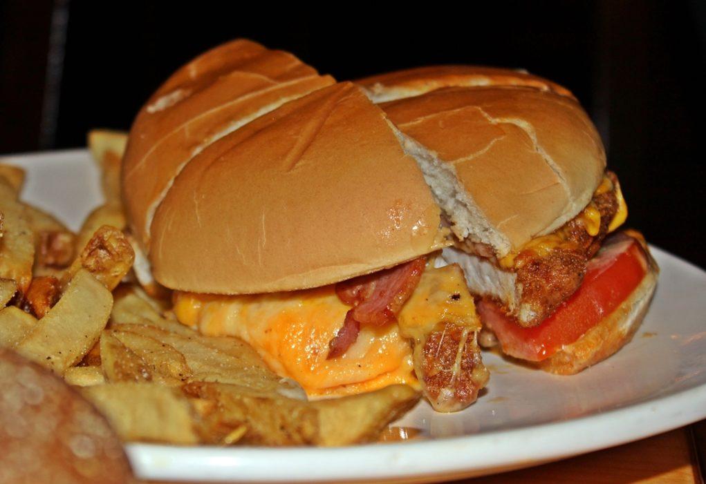 Uma combinação de frango com bacon no Alice Fingers Burger. (Foto: Avner Fernandez)