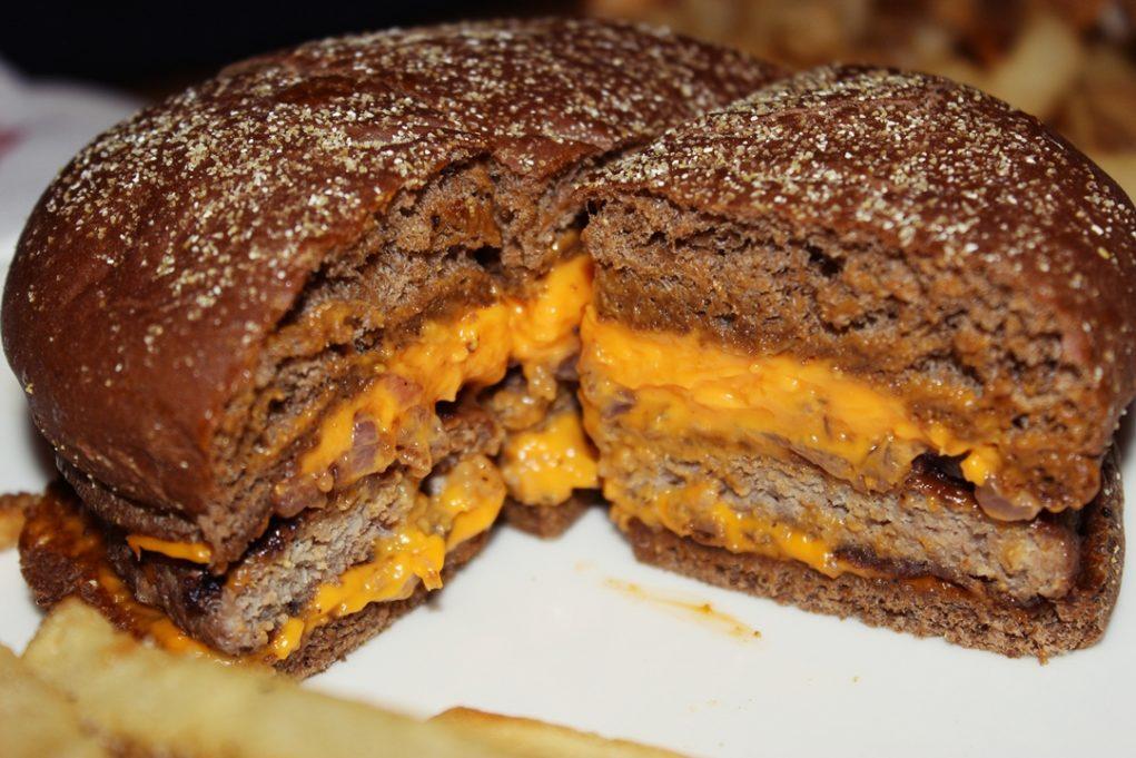 O Ned Kelly Burger é feito com pão australiano. (Foto: Avner Fernandez)