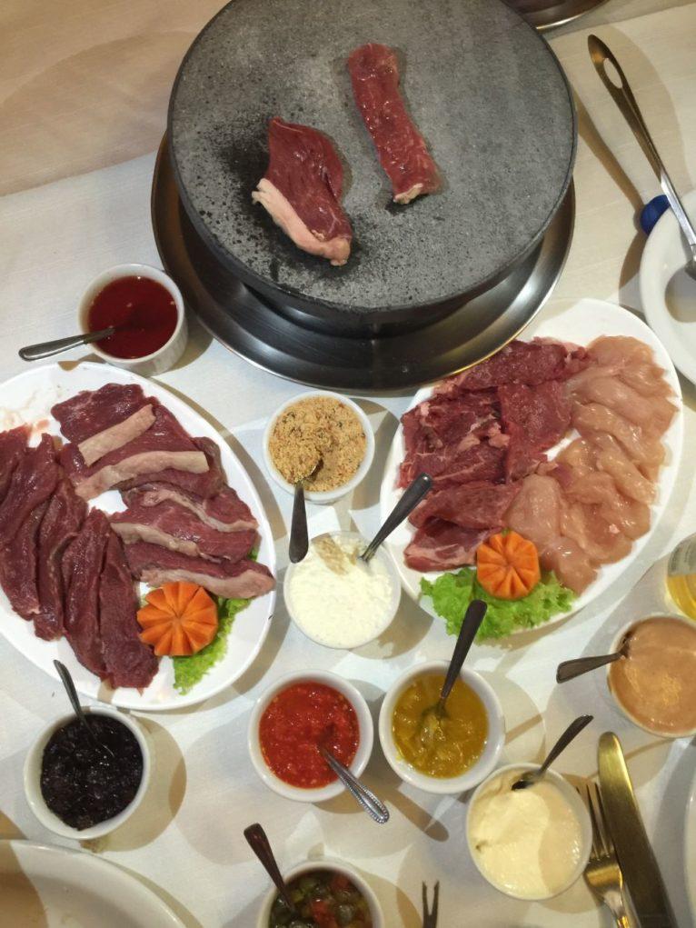 As carnes frescas e os molhos de todos os tipos são convites para a tentação. Foto: Igor Amaral