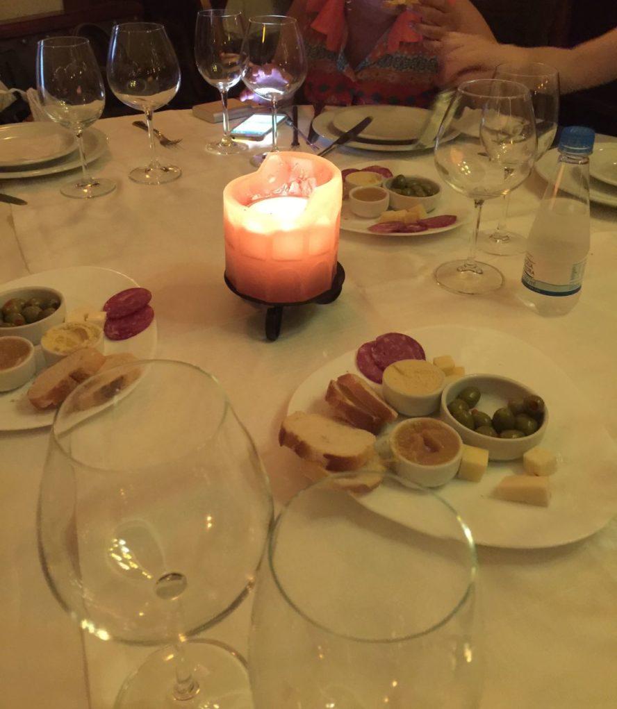 As velas acesas na mesa dão ao local um requinte diferenciado. Foto: Igor Amaral