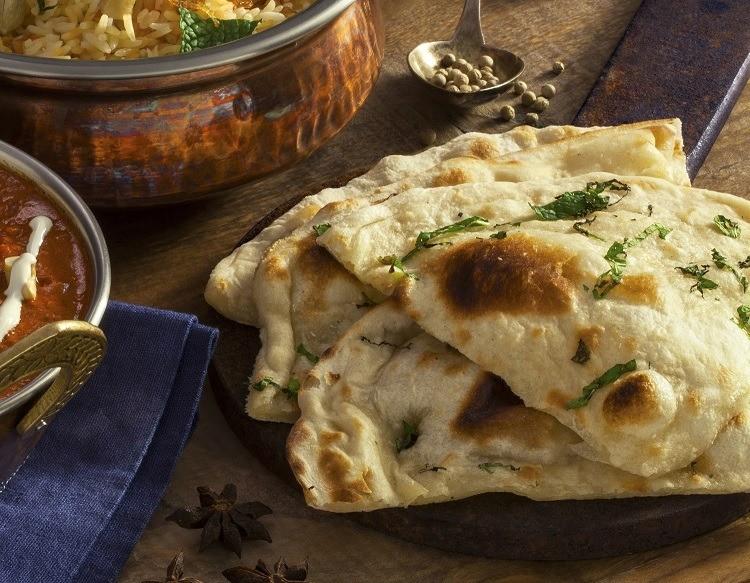 Pão Naan: Feito à base de água, fermento e farinha, esse pão pode utilizar hortelã e alho na composição