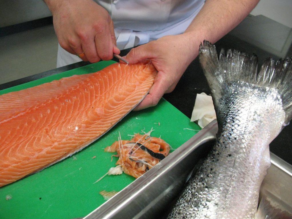 Nos últimos meses, a produção do salmão caiu 30% no país e fez com que o preço se elevasse em todo mundo.