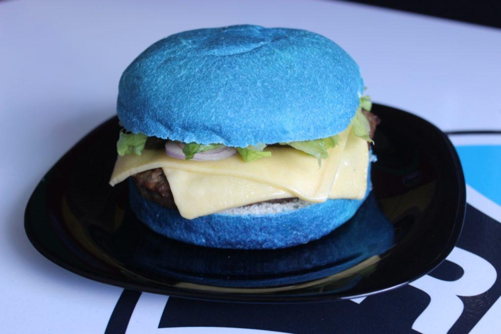 A pão azul do Hambúrguer Celeste é um sucesso. Foto: Igor Amaral