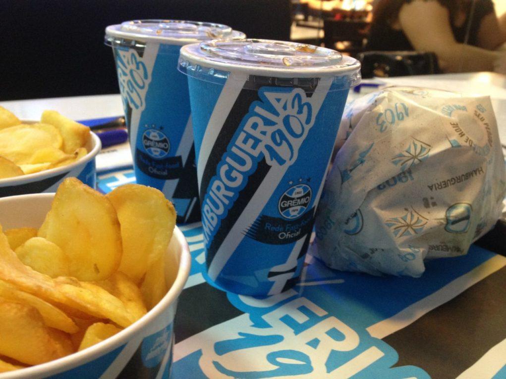 Combos com hambúrguer, refrigerante e fritas. Foto: Morgana de Sá