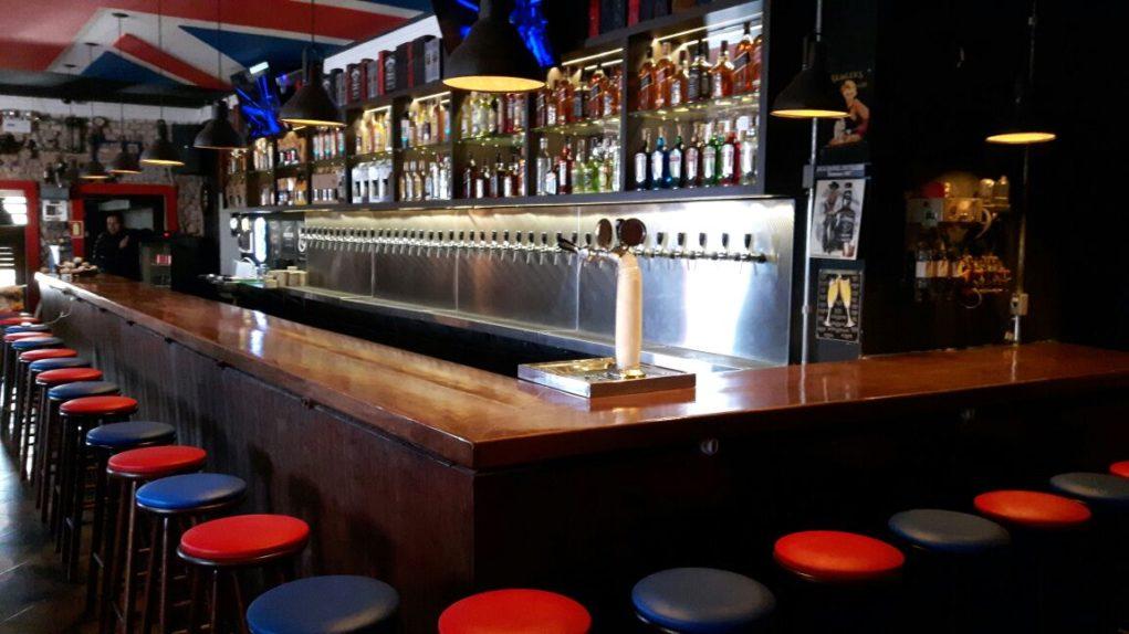 Weiss British Pub conta com o maior balcão em extensão entre os pubs de Porto Alegre. Crédito: Divulgação