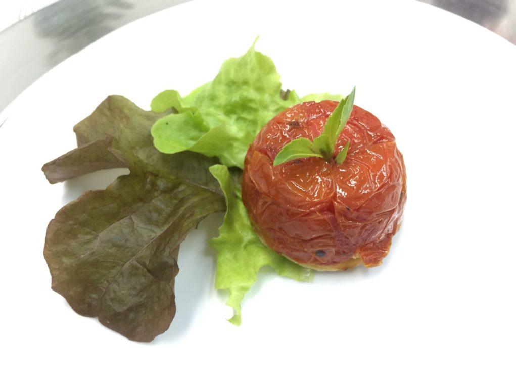 Petit tatin de tomate cereja e manjericão.