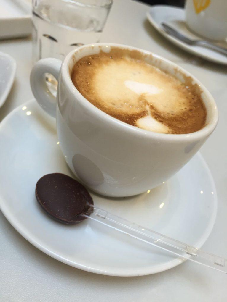 Até o café vem com um pouquinho de chocolate. Foto: Sabina Fuhr