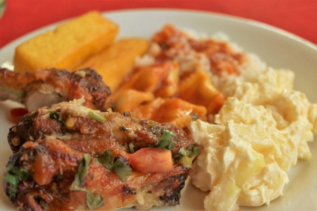 Galeto, polenta, massa, arroz e maionese. Tem coisa melhor? Foto: Igor Amaral