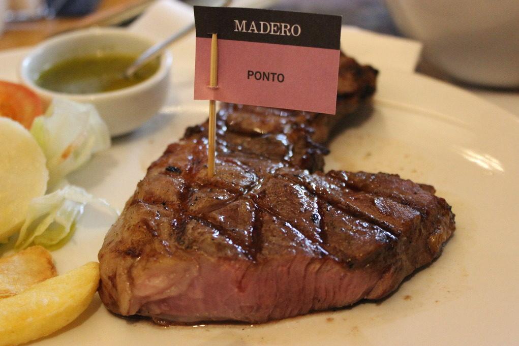 Para mostrar que a carne veio como o cliente pediu, uma bandeira sinaliza o ponto. Foto: Igor Amaral