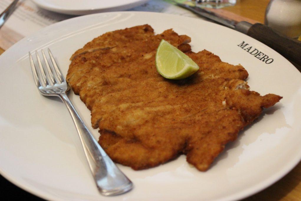 O Schnitzel é uma fatia de lombo suína envolvida em uma mistura de farinha de pão, salsicha e queijo parmesão. Foto: Igor Amaral