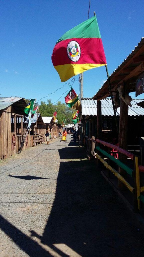 a-graca-na-cozinha-acampamento-farroupilha-bandeira