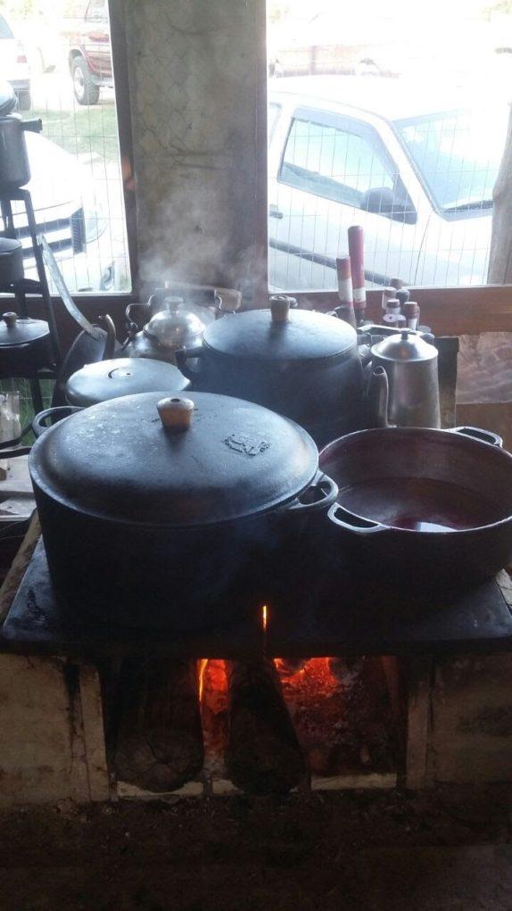 a-graca-na-cozinha-acampamento-farroupilha-panelas