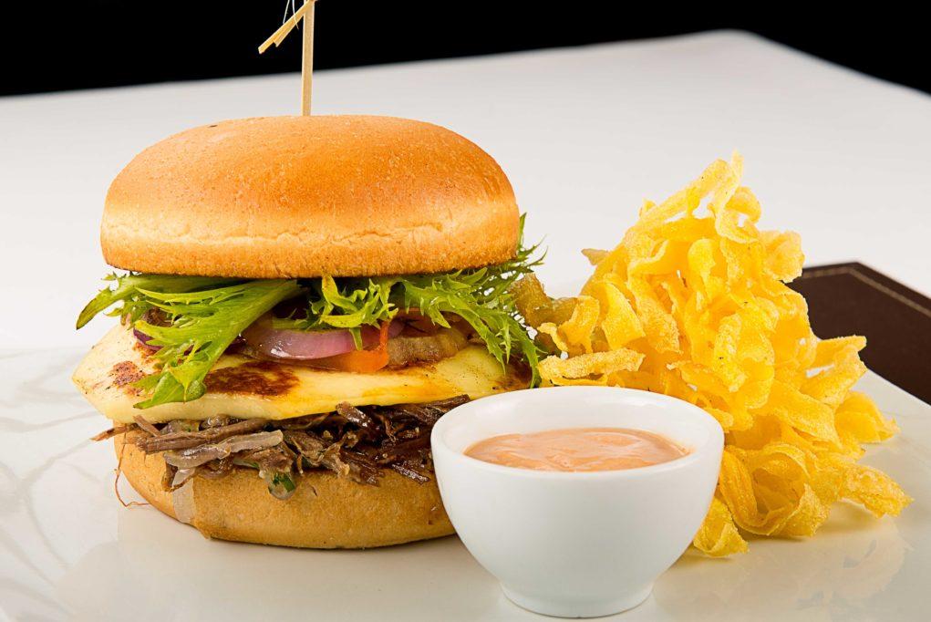 Hambúrguer Cearense, que traz pão de mandioca e hambúrguer de carne de sol com queijo coalho, acompanhado de crispy da raiz.