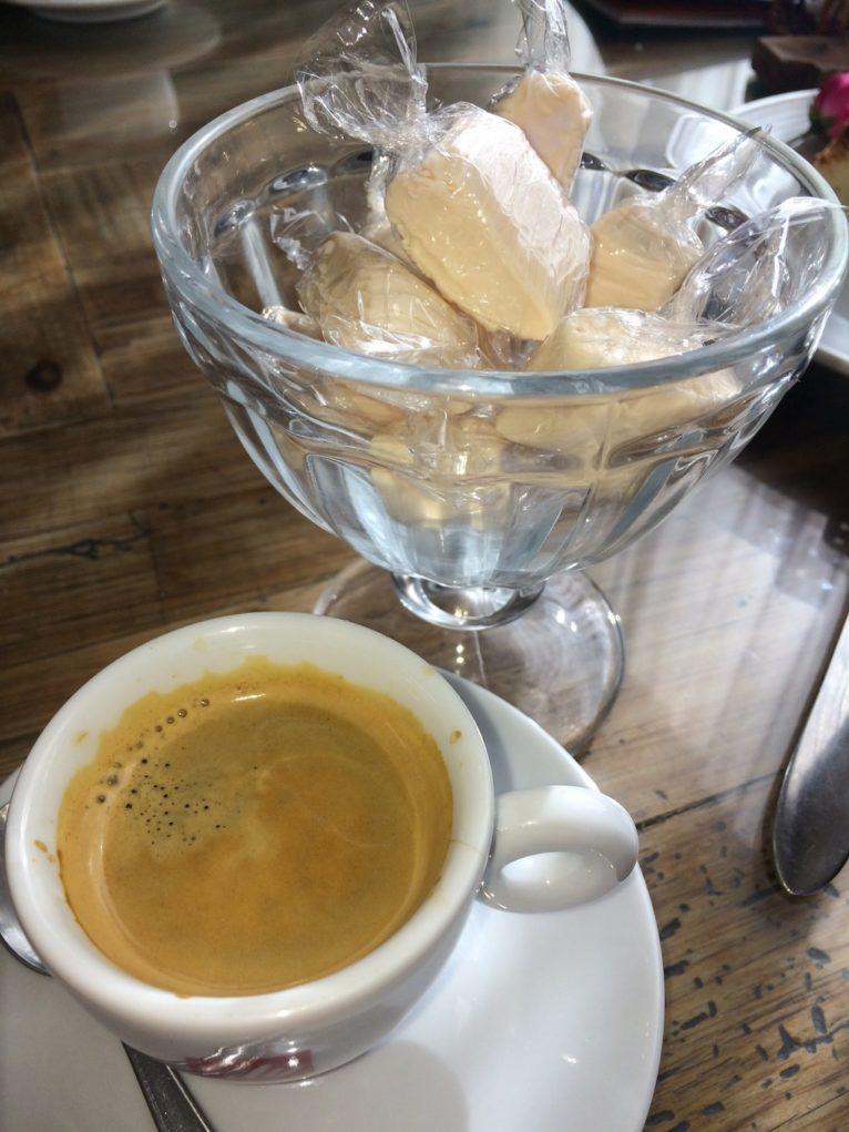 Para fechar, um cafezinho com balas de coco. Foto: Sabina Fuhr