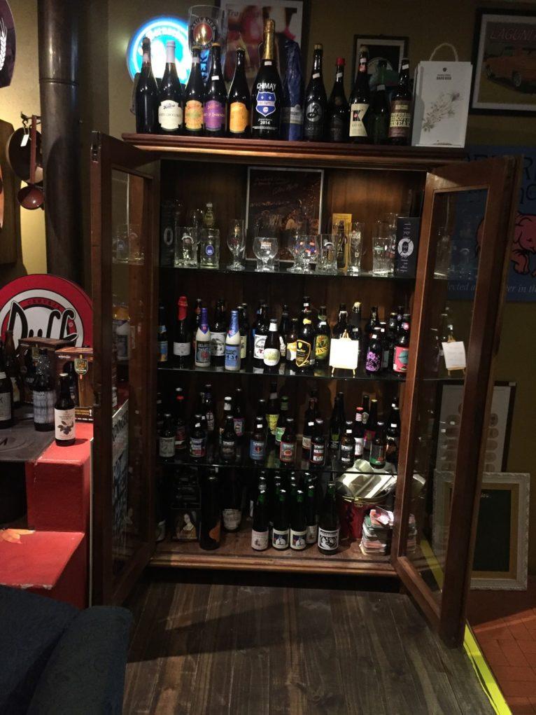 A casa dispõe de mais de 80 rótulos de cerveja, entre artesanais, comerciais e importadas. Foto: Sabina Fuhr