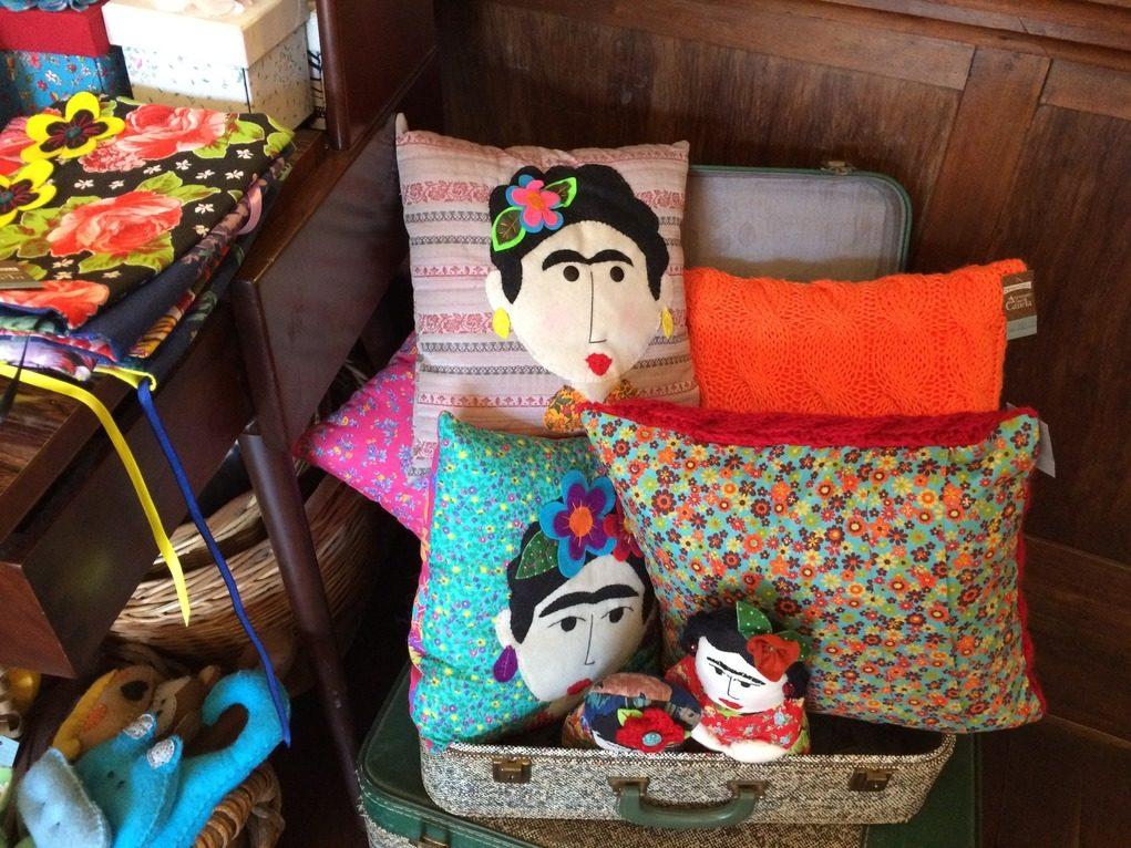 Além de comidas, bebidas e livros, é possível também comprar produtos feitos por artistas locais. Foto: Sabina Fuhr