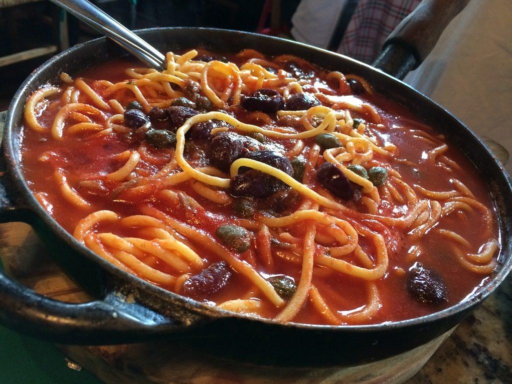 Spaghetti à Putanesca, com anchovas, molho de tomate e azeitona. Foto: Sabina Fuhr