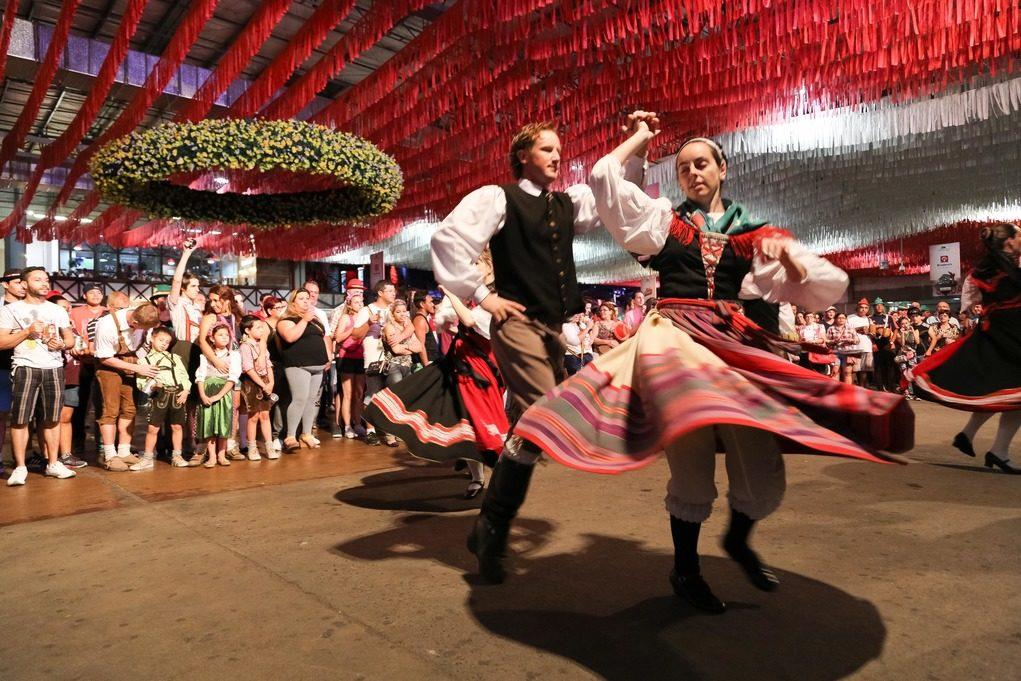 Blumenau mostra a sua riqueza cultural, revelada pelo amor à música, à dança e à gastronomia típica. Crédito: divulgação