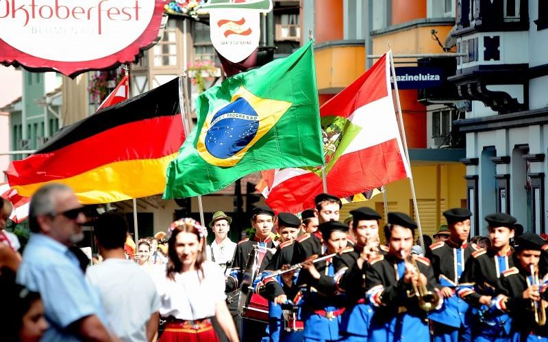 Os desfiles encantam a todos por sua riqueza cultural. Crédito: Divulgação