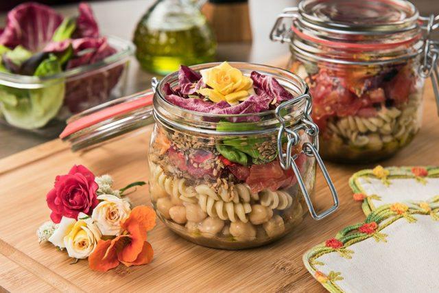 Salada de massa no pote ao molho de pepinos