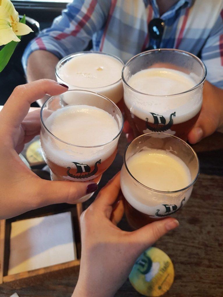 copos de cerveja brindando