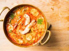 panela com caldo e camarão