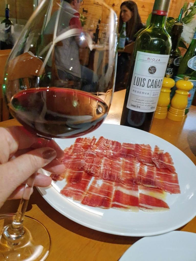 Jamón Ibérico e taça de vinho tinto