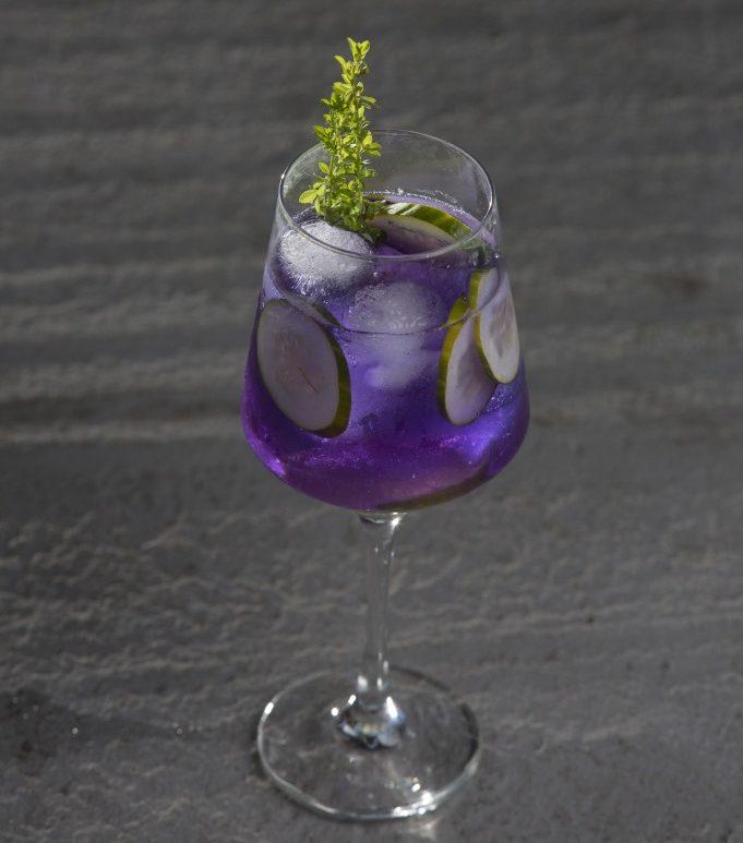 copo de gin na cor lilas