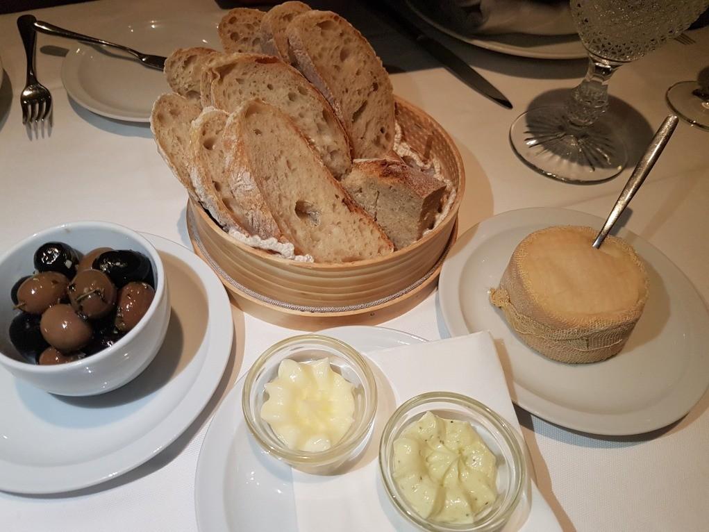queijo, pão, azeitona, manteiga
