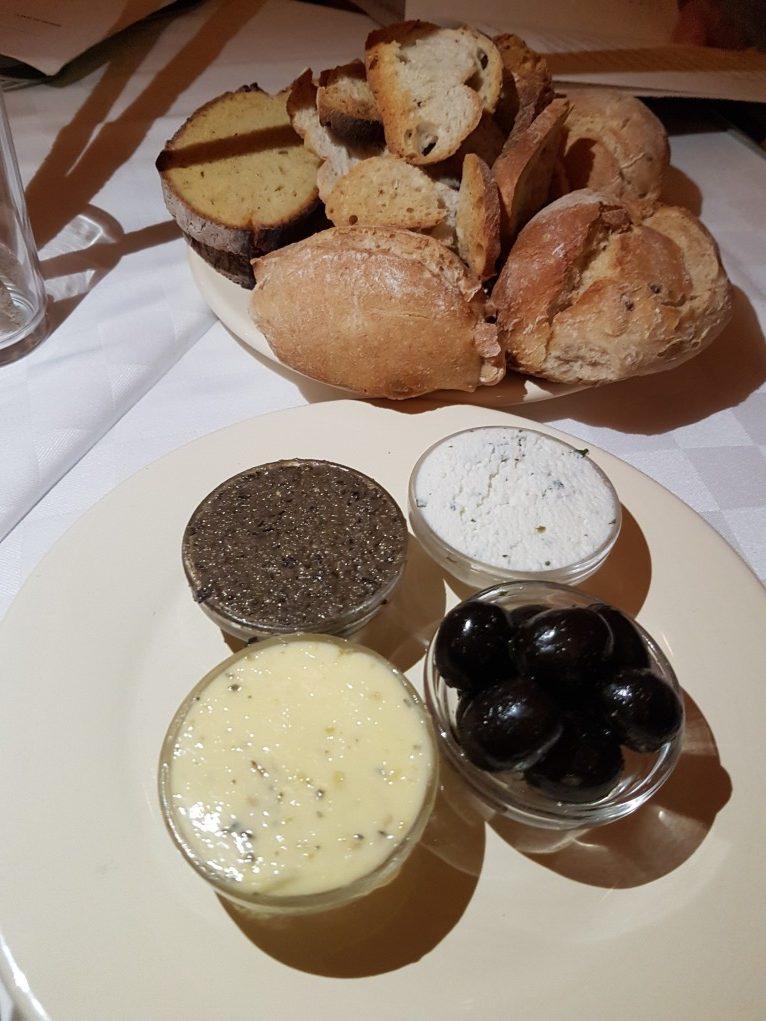 pães, grissinis, azeitona