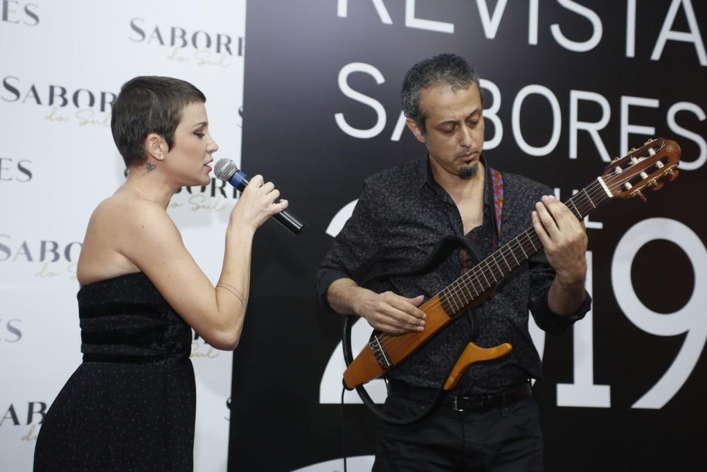 Rê Adegas e o músico Lucas Esvael