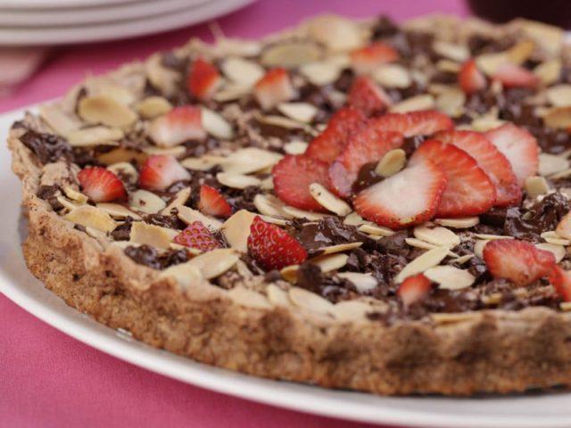 Pizza caseira de morango com chocolate